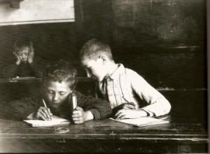 jeune copieur à l'école